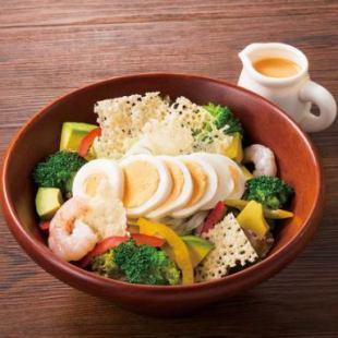海老とアボカドのコブ風サラダ
