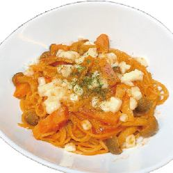 Tomato sauce pasta with bacon and Toro-Ri cheese + buffet set