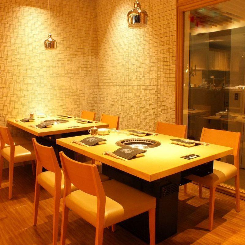 入口を入ってすぐのテーブル席。目の前にオープンキッチンで調理する姿を楽しめるお席となっております。
