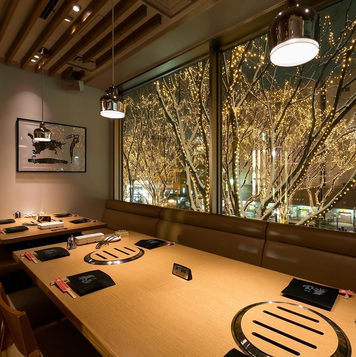 光のページェントを眺められる、定禅寺通り側のテーブル席。