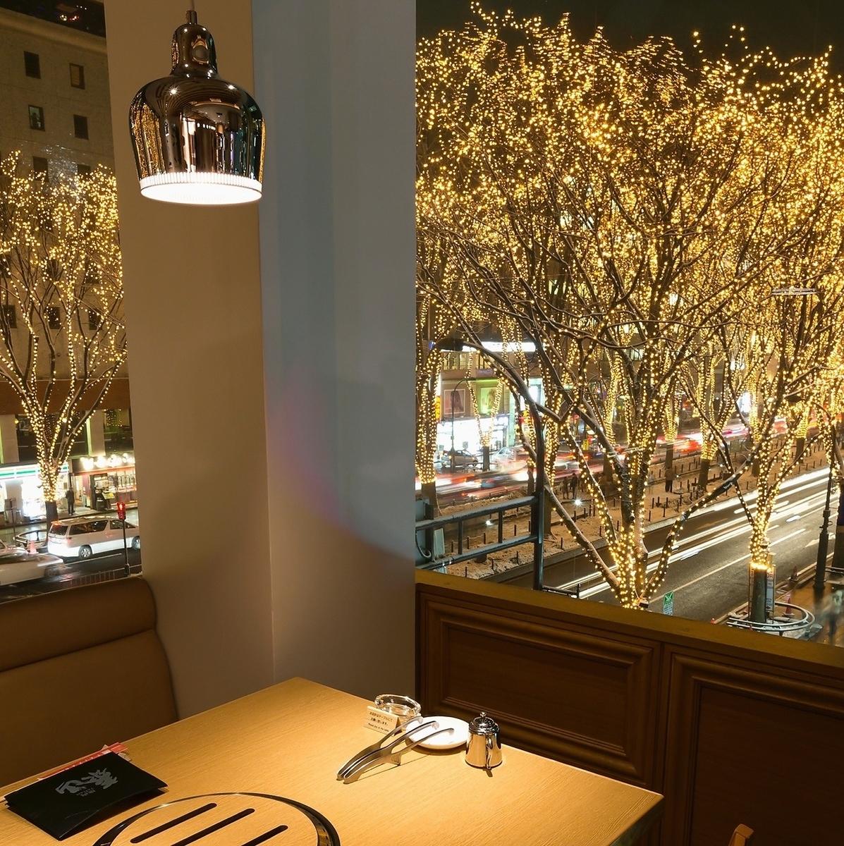 光のページェントを眺められる、定禅寺通り側のテーブル席。カップルでのデートにもおすすめです。