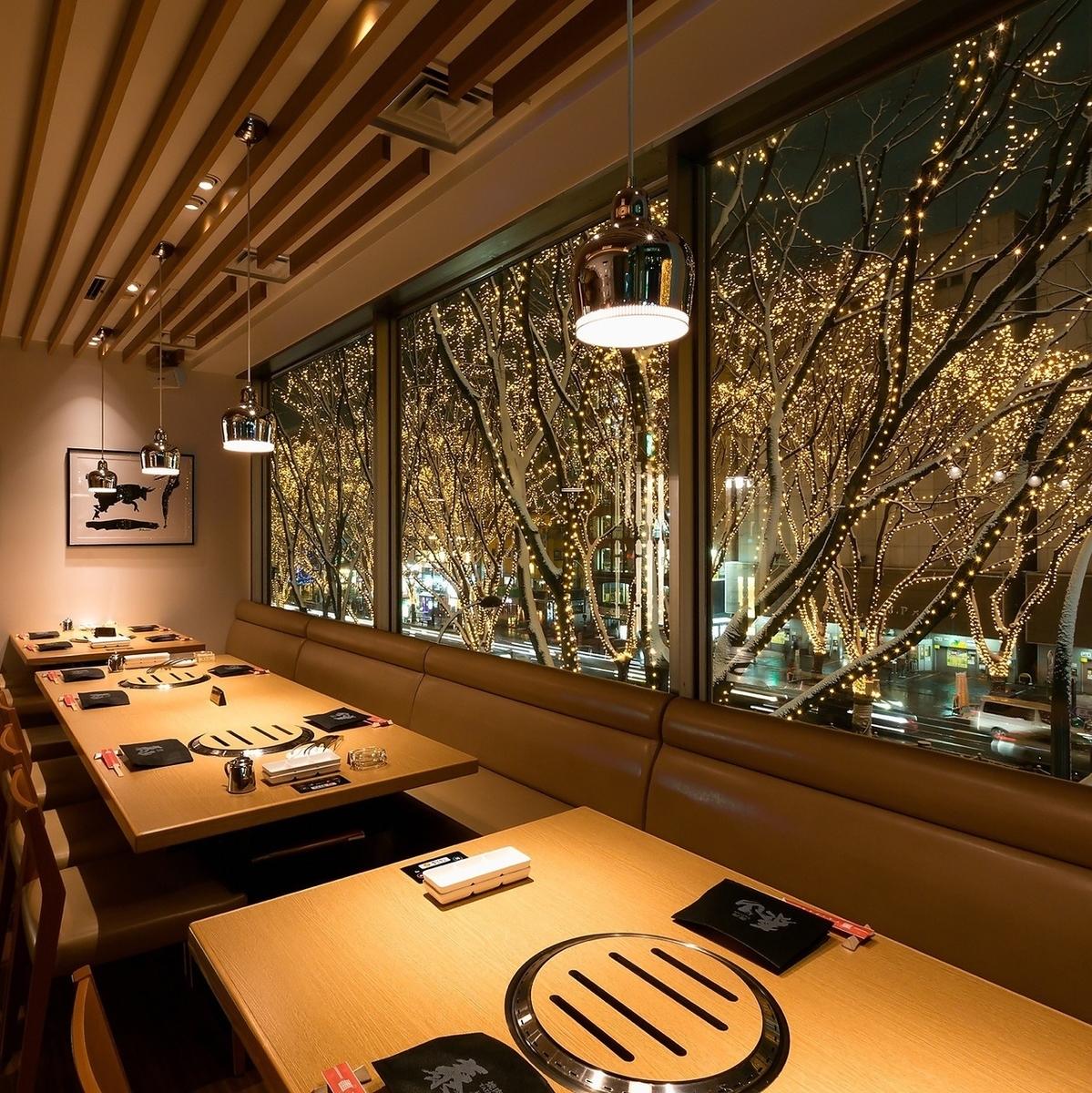 光のページェントを眺められる、定禅寺通り側のテーブル席。最大16名様でのお席をご用意。
