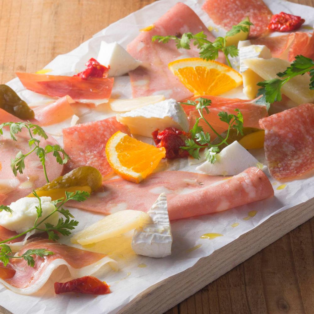 未加工的火腿和乳酪被分類的板材