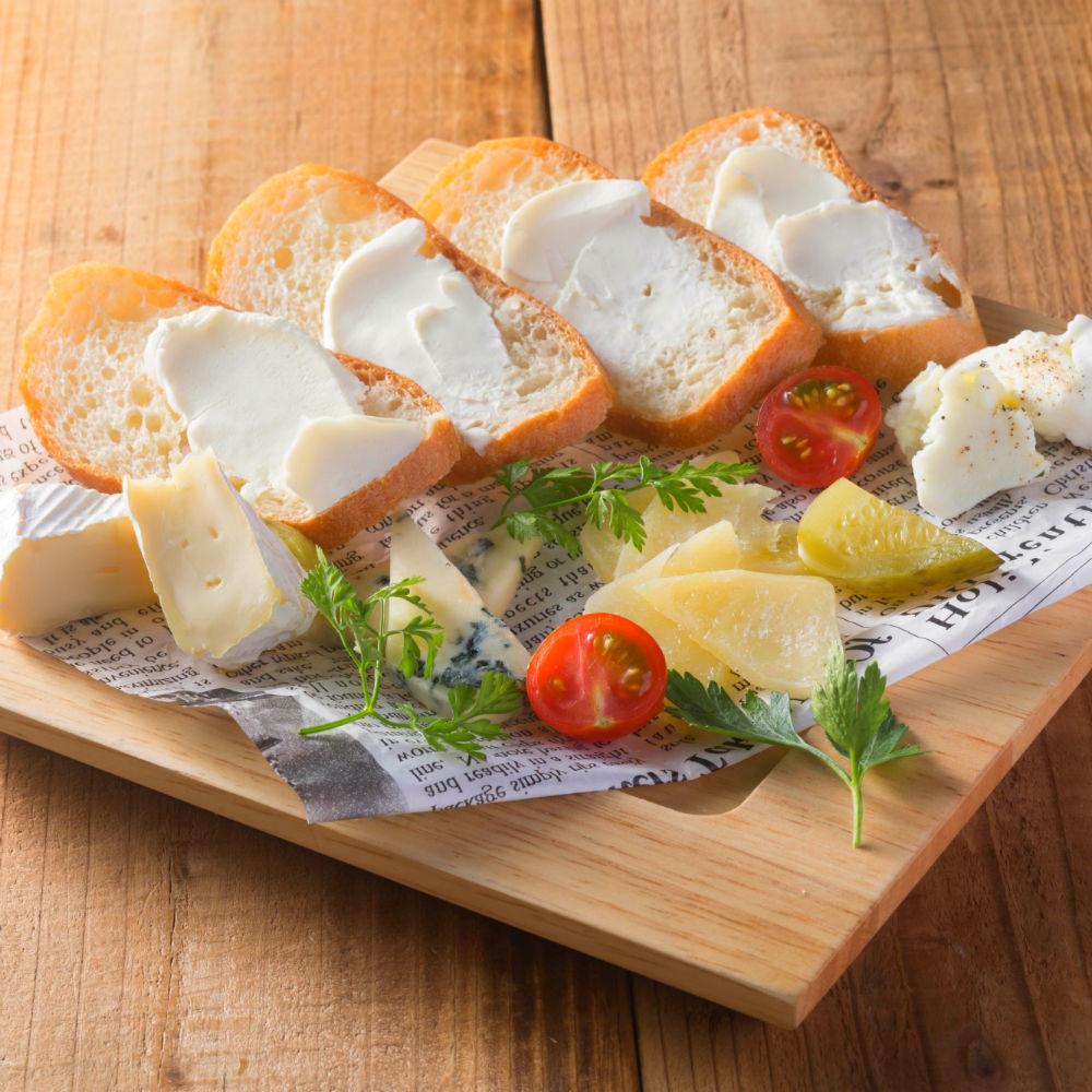 4種類型的奶酪拼盤板