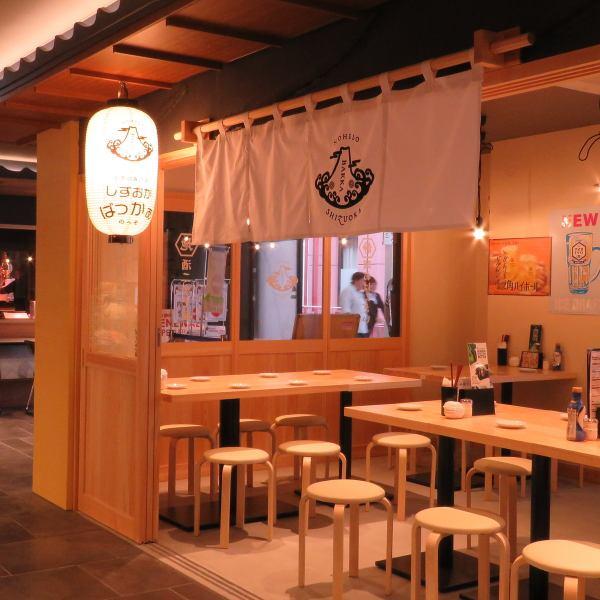 【JR静岡駅ASTY東館リニューアルOPEN!】7月11日にASTY東館リニューアルオープン☆立ち飲みでサクッと気軽に寄れる『しずおかばっかぁ』の新店が出来ました♪左側はテーブル席で、ご宴会も可能です!ランチから夜まで一日中しずおかの旨いもんをお楽しみ頂けます!
