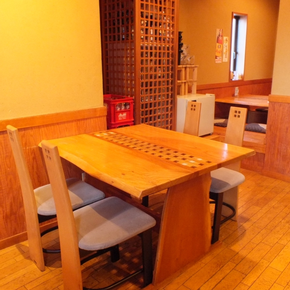 【4 people table × 2 table】 The table seat which can sit comfortably.Please use it in various scenes such as business entertainment, family, friends and so on.While enjoying the atmosphere in the shop, you can have a calm time.
