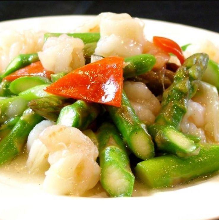 Stir fry of shrimp and asparagus
