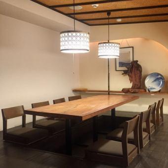 2F…1室限定のVIPルームのような特別空間は6~10名様迄。しっとりと落ち着いた雰囲気の完全個室で、接待・記念日・両家顔合わせなどにも人気のお席。