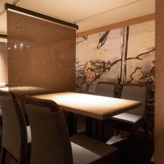 1F…座り心地の良いテーブル席は、4名様用からご用意。人数に応じて可動できるので、お気軽にどうぞ。