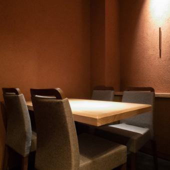 1F…三方向囲まれた半個室風のテーブル席は、仕事帰りの飲み会にもオススメです!周りと仕切られたちょっと特別な空間は限定2室。