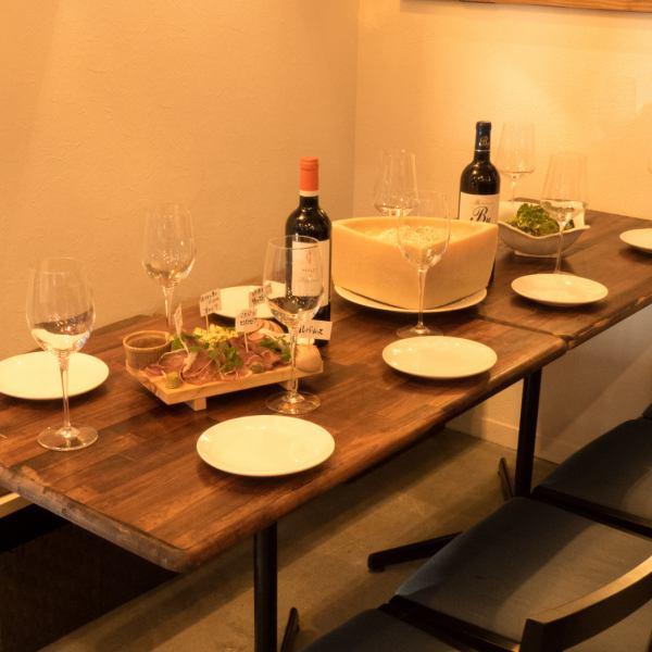 【テーブル席(~8名様).】こちらは、宴会向きのお席となっています。4名様用のテーブルが2つ配置されており、テーブルをつなげることで様々な人数にも対応可。各種ご宴会や、飲み会などにおすすめです。ご予約はお早めにご相談ください。