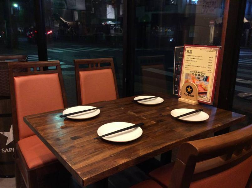 【テーブル席(~2名様×2テーブル)】窓際にテーブル席が並び、大きな窓は開放感を感じて頂けると思います。気の置けない仲間内での飲み会やデートなどにおすすめです。テーブル結合も可能なので4名、6名、8名様もご対応できます!