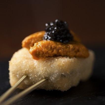 【자랑의 꼬치 튀김 100 엔 ~】 아이가 다시마 생 성게와 캐비어 얹어 680 엔 (세금 별도) ※ 코스 예약이라면 +500 엔으로 OK입니다 ♪