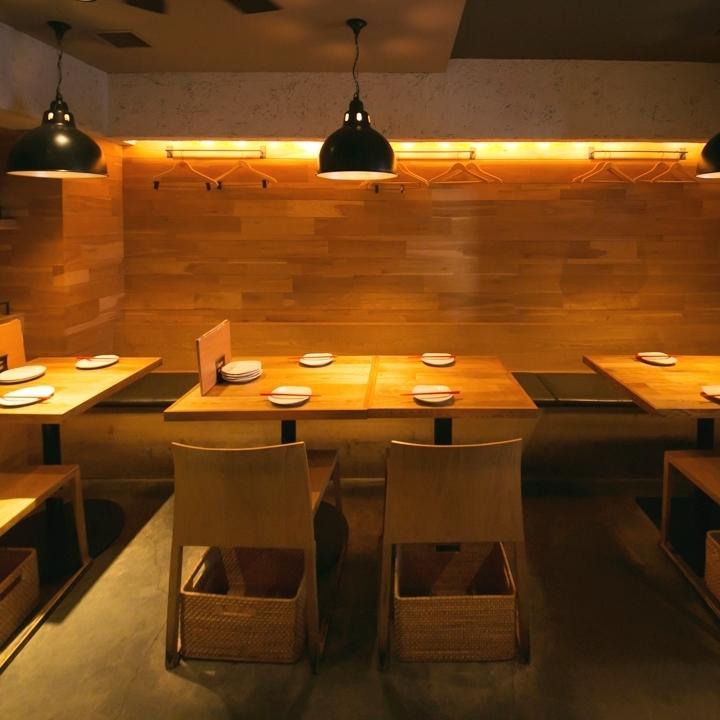這家商店的內部是由在Tachikawa工作的設計師處理的商店。私人房間和桌子座位的座位是受歡迎的座位,所以請預約。當所有表都連接好後,11人就可以了。此外,還有最多4人的BOX座位。