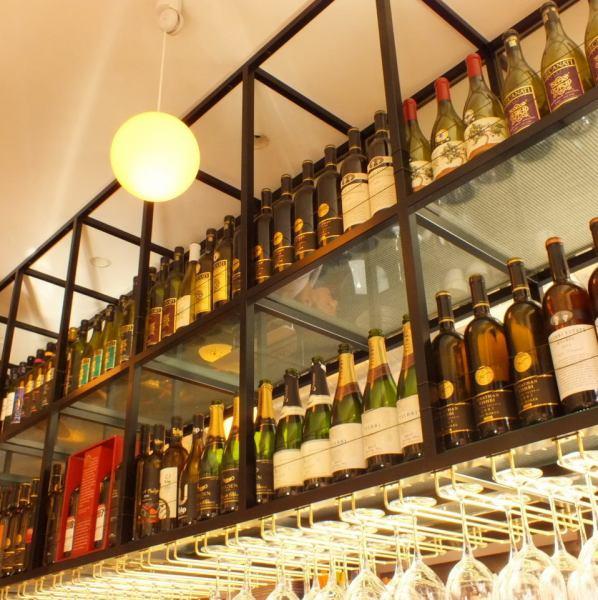 ワインは海外のものも含めて、主にイスラエルワインをお出ししてます。リーズナブルなワインからイスラエルでも貴重なワインと色々取り揃えておりますので、グラスワイン700円から。ボトルワイン4600円から。生ビールやノンアルコールビール、ハイボールもございます。