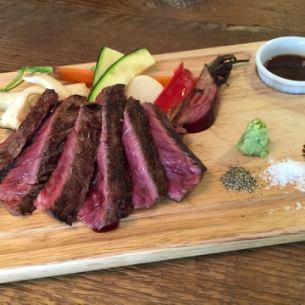 소 갈매기살 고기의 그릴 스테이크 150g