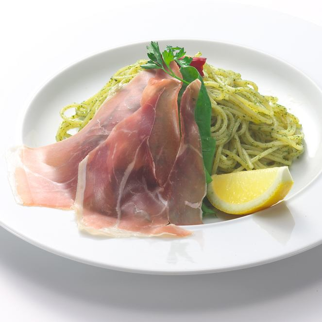 Peperoncino和意大利火腿中的甜羅勒