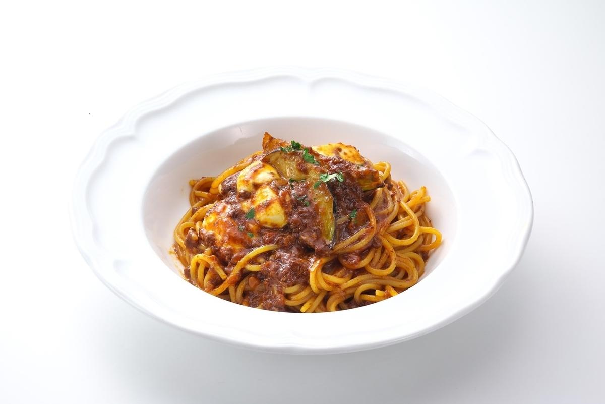 Ragu sauce with mozzarella cheese