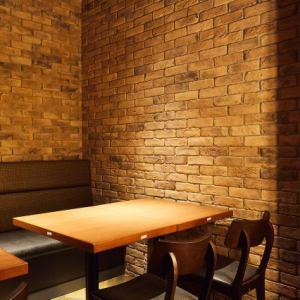 レンガ造りの壁が特徴的な店内。とても落ち着いた雰囲気のなかゆっくりとお過ごしいただけます。