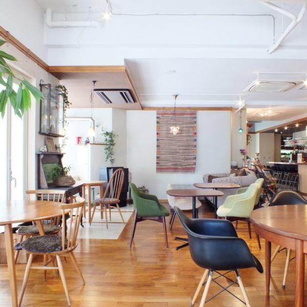露台座椅感受風和光,沙發座椅可以度過休閒時光,櫃檯可以感受到咖啡的味道,商務會議和大桌子可以與朋友交談。 。 。我們希望各種各樣的客戶自然地分享時間,並有寶貴的時間作為創造人類和人類感性和同理心社區的地方。