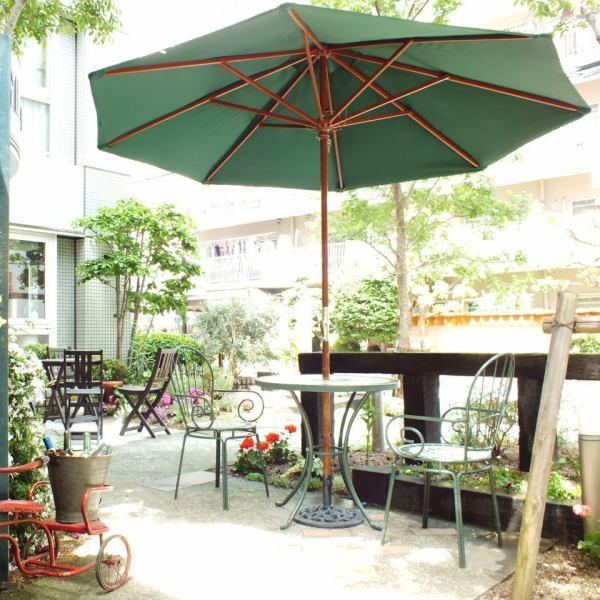 我们在办公区有一片绿洲和一个露台座位。在温暖的日子里,您可以在露台座位上度过轻松的时光。在绿色的露台上吮吸室外空气的这顿饭令人愉快,味道鲜美。所有工作人员都在等待。