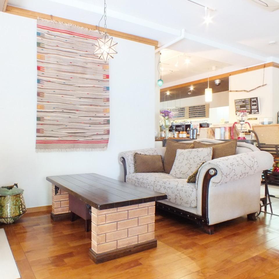 沙發和時尚的椅子