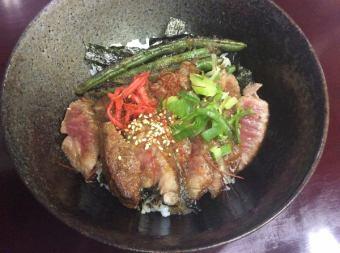 千屋(ちや)牛肉のサービスステーキ丼/特選千屋牛肉の霜降りサービスステーキ丼