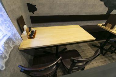ゆったりお寛ぎいただけるテーブル席も完備しております◎2名様~ご利用いただけますので美味を堪能しながら、少人数でのんびり語り合えます