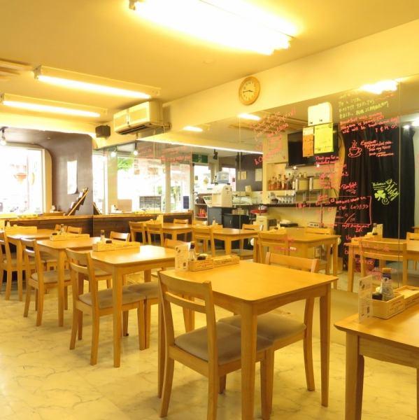木を基調とした明るい雰囲気の店内♪テーブルは自由に移動OKなので、お客様の人数に合わせてお席をご用意します!
