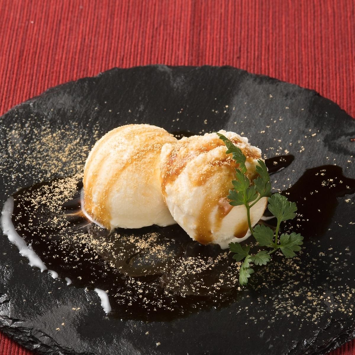 검은 꿀과 콩가루 아이스크림