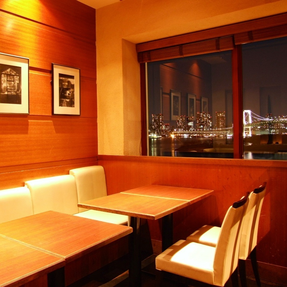 A luxurious moment at the window side where you can see the night view of Odaiba ...