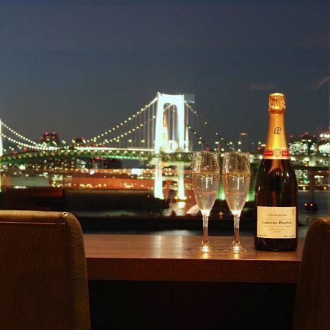 While watching the beautiful night view, a couple seat with beautiful scenery, a popular seat