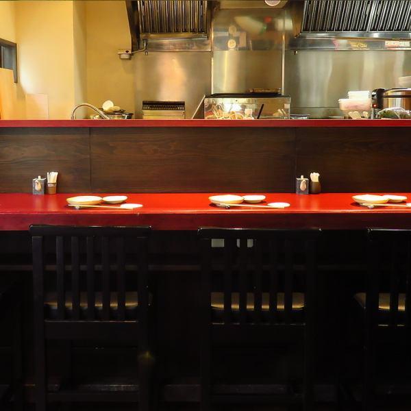 ≪お一人様も大歓迎☆≫店内にはカウンター席を5席ご用意しております♪おひとり様でも、一杯からでもお気軽に♪大歓迎致します!仕事帰りにふらっと寄って、軽く一杯なんてのもたまにはいいかも。もちろん友人や恋人同士で席を並んで仲良く飲むこともできます。お好みのお飲み物とお酒に合う料理で楽しいひとときを♪