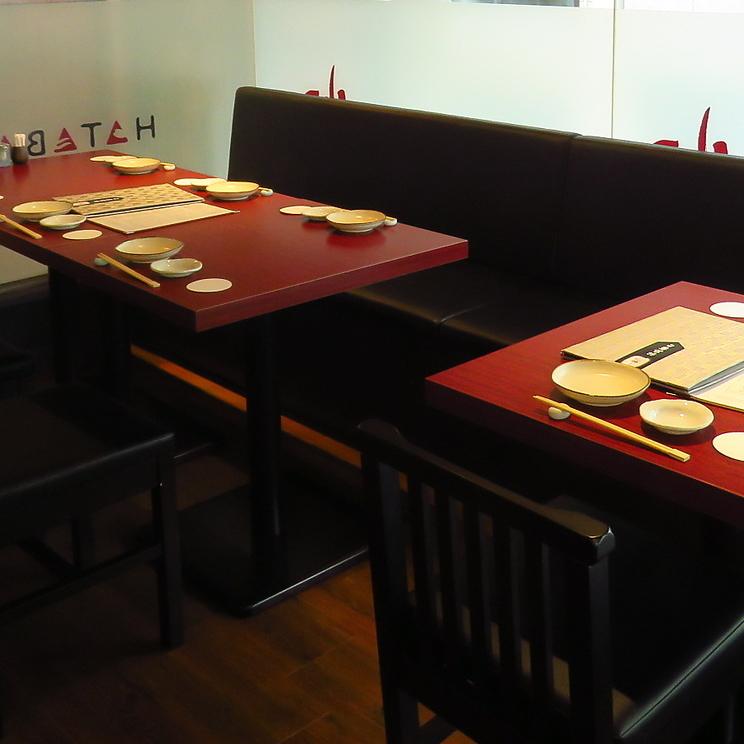 2名、4名、6名様用テーブルをご用意致しております。8名様まで並び席でご用意する事も可能です。