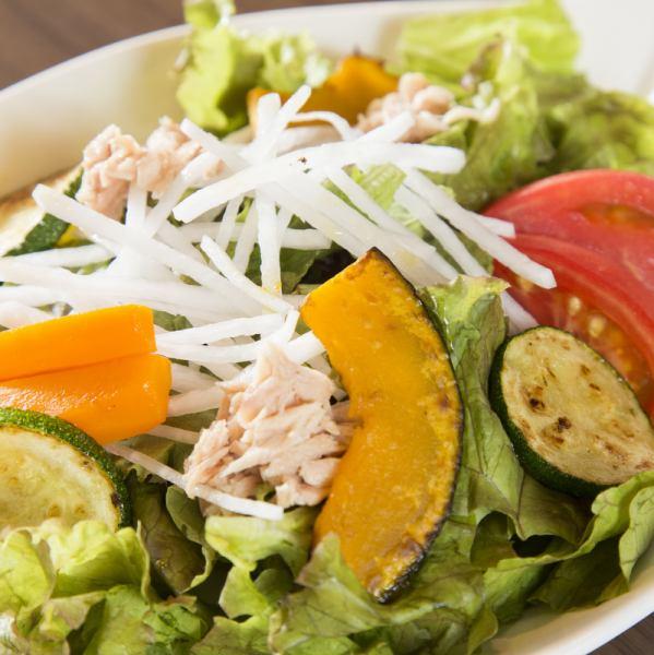 Nikushima Special Salad with plenty of seasonal vegetables