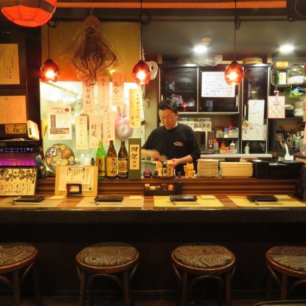 料理場の目の前にあるカウンター。店主との会話と手さばきを見ながら料理を楽しめる空間になります。