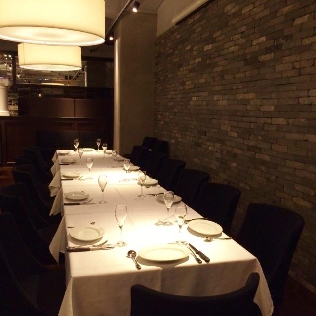 ダイニングテーブルをつなげれば人数に応じた大テーブル席に。会食や会社宴会など幅広い使い方が可能です。