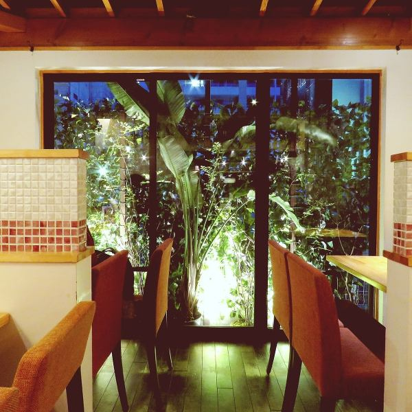 In an open-air shop full of greenery, you can use a variety of ways such as counter table seat, date, girls' party, banquet etc!