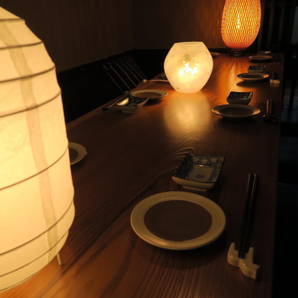 室內裝飾,溫暖的燈光和平靜的木紋♪非常適合私人夜晚請在日式日式私人房間度過美好的夜晚。優越的氛圍,受歡迎的放鬆私人房間座位也建議與親人一起用餐,如約會,紀念日,娛樂和晚餐。