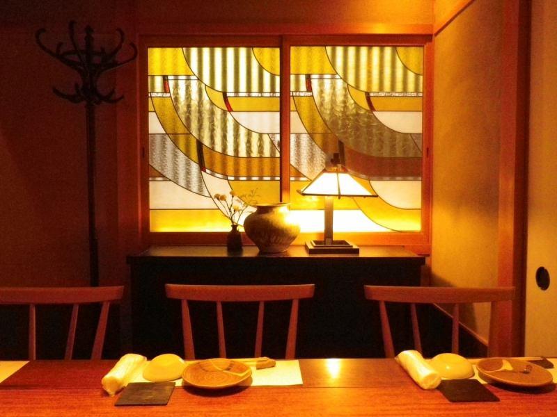 町屋風のステンドグラスがレトロでおしゃれな空間。接待などの大切な時間を過ごせる落ち着いた個室あり。