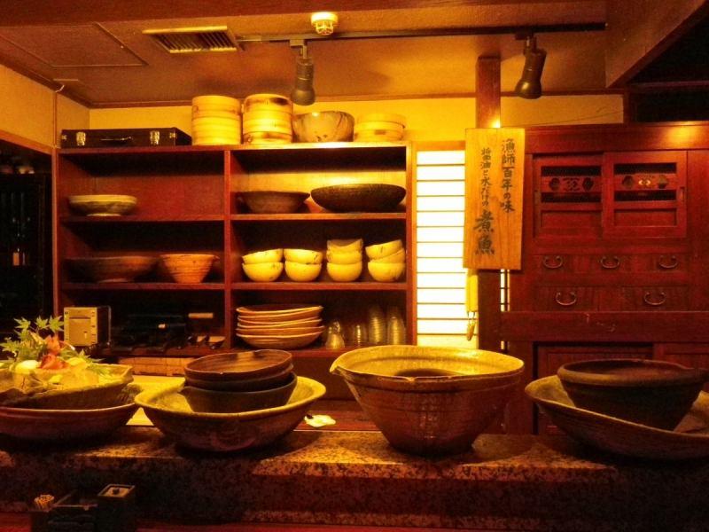 엄선 된 그릇에 요리에 꽃을 더하고 있습니다.집념의 BGM으로 연출 된 은신처 공간에서 시간을 즐기고있다.※ 카운터 석에서는 점심 식사시 만 금연입니다.
