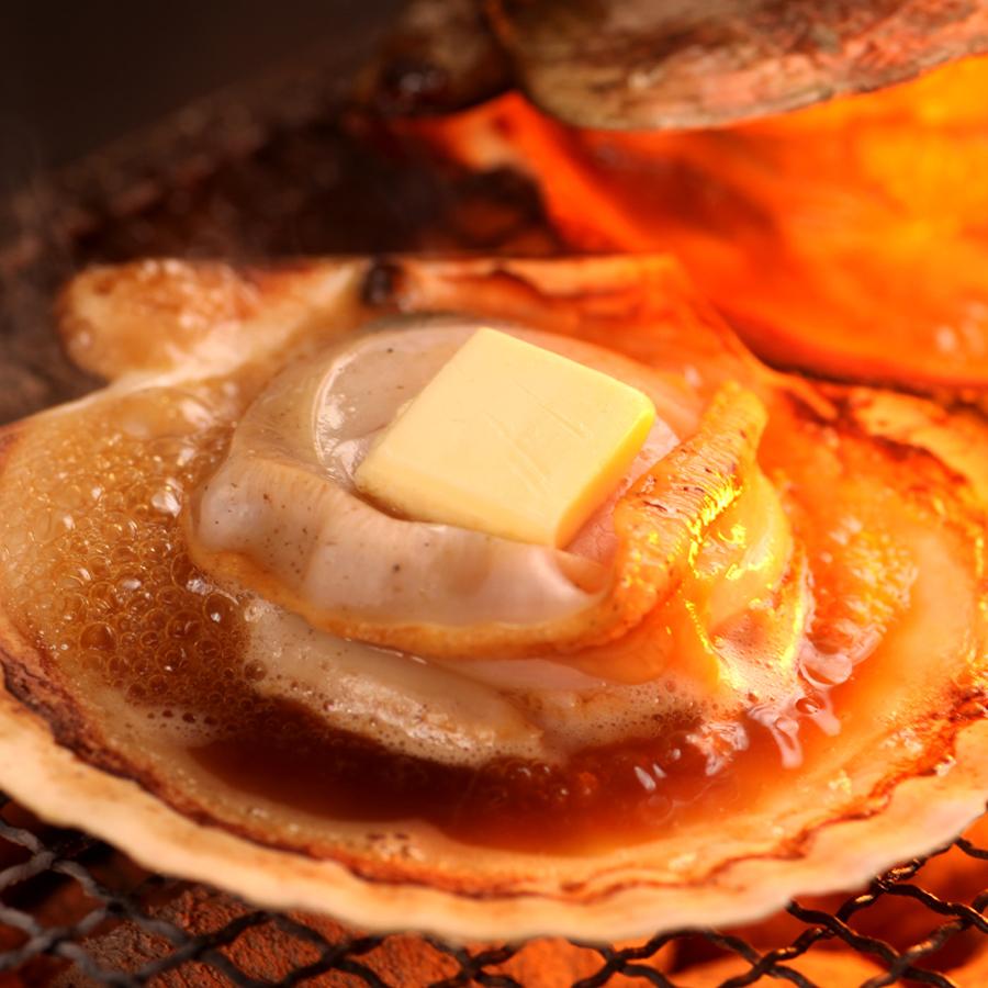 Noguchi渔港黄油在扇形扇贝烤
