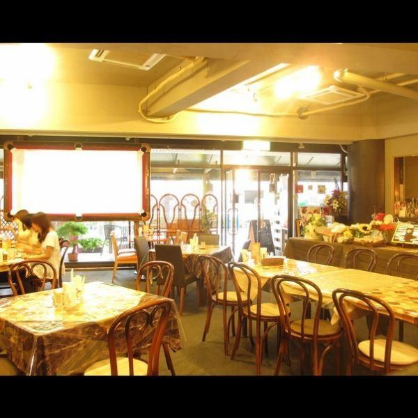 1席1席机が離れており、広々とした隠れ家カフェダイニング。周りのお喋りを気にせず贅沢なひと時をお愉しみ下さい。