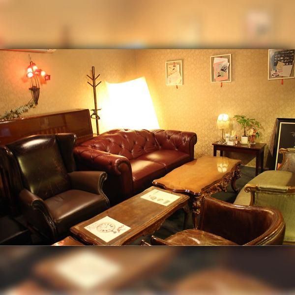 ヨーロッパの書斎を彷彿とさせるゆったり半個室のソファ席は2席限定!デートに◎人気のため事前の予約がお勧めです!