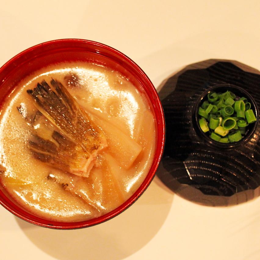 味噌汤配急救和根菜类