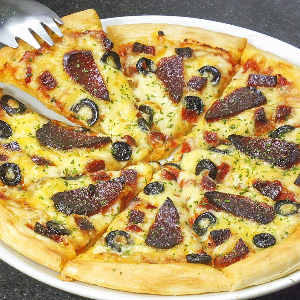 黑橄榄和萨拉米香肠比萨饼