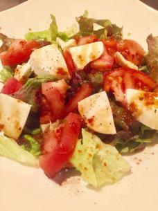 Tomato and mozzarella cheese salad