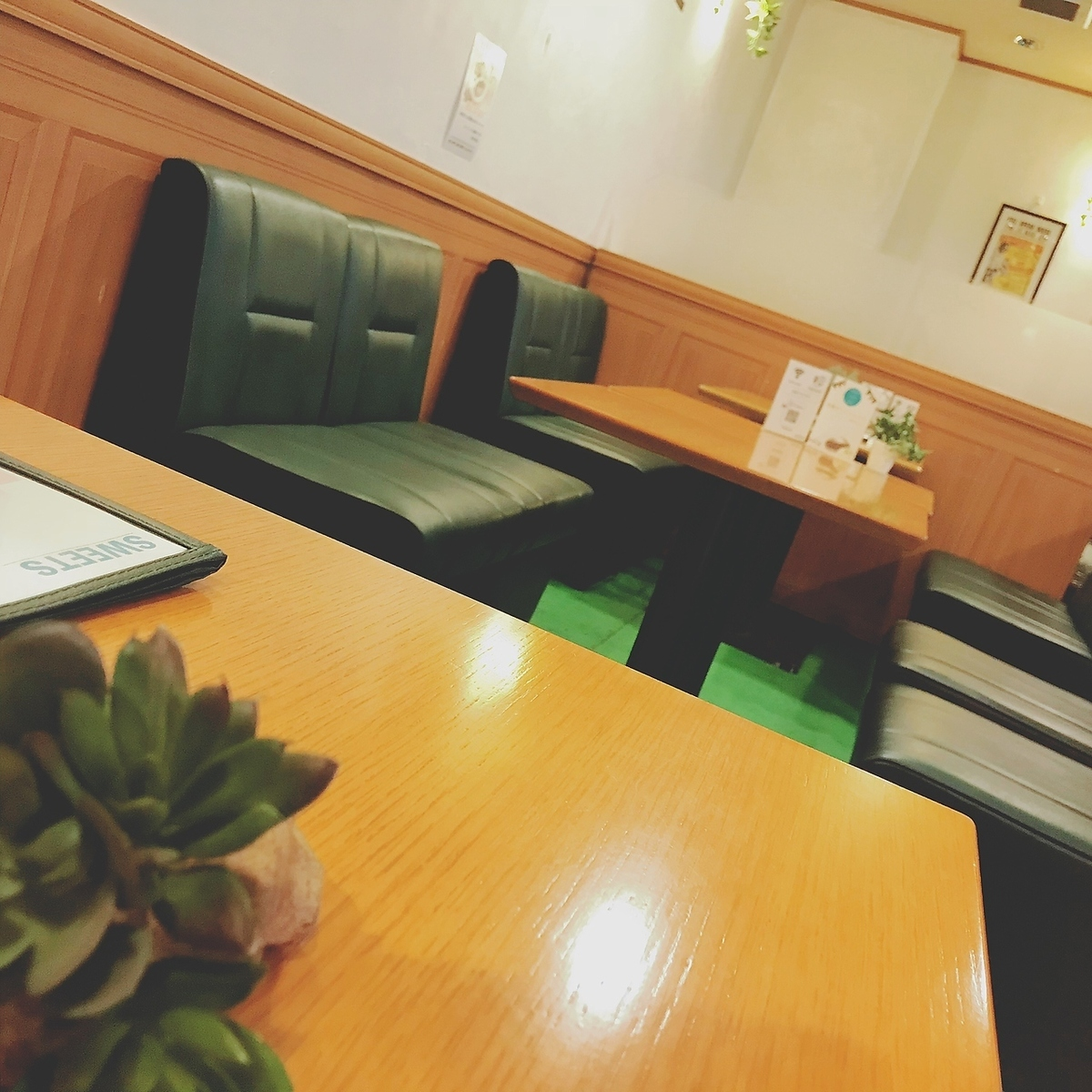 The table seats have 12 seats available.FREE Wi-Fi, fully equipped with charge service ♪