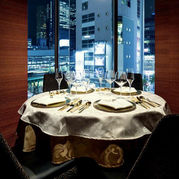 【東京メトロ銀座線 7番出口 徒歩10秒 ペルサ4階】ビルの夜景も眺めることができます。ラグジュアリーな雰囲気の円卓席。接待や法事、結納や顔合わせ、歓迎会やはずせないお食事会に最適です。円卓席は会話も弾み盛り上がります。是非、当店のご利用をお待ちしております。
