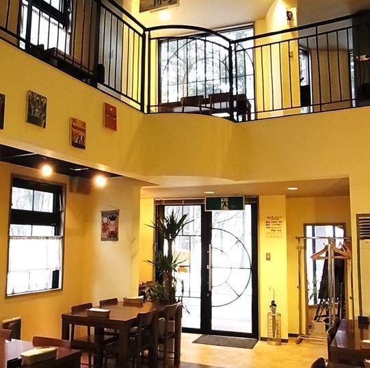 在舒適的空間用餐也很特別。高高的天花板讓您感覺更輕鬆。還建議舉辦私人派對